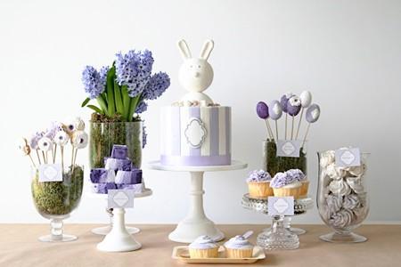 Mesa dulce de pascua en blanco y lila