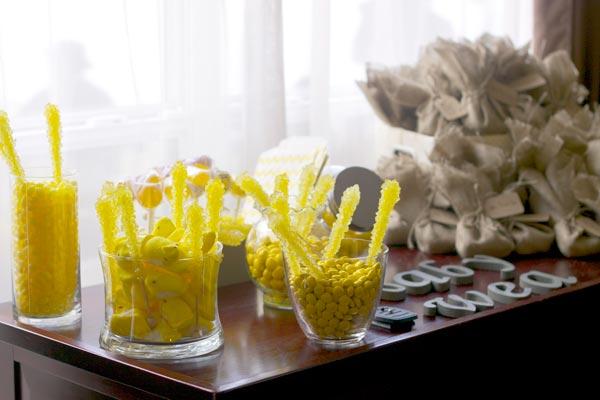 Mesa dulce para un bautizo en amarillo y gris