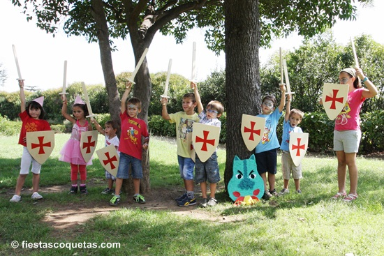 Fiesta de caballeros en un parque infantil de barcelona