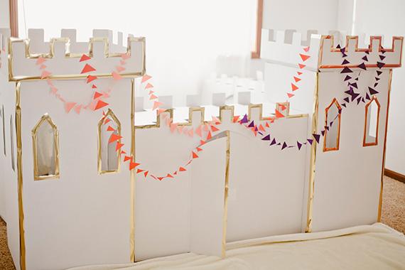 Castillo de cartón para fiesta de cumpleaños con temática geométrica